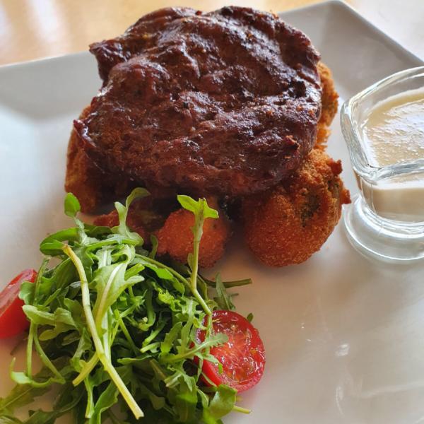Стейк из говядины с крокетами из брокколи и сливочным соусом